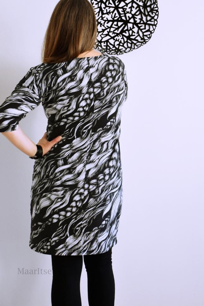 Mustavalkoinen mekko Hellinin Poniletti-kankaasta.