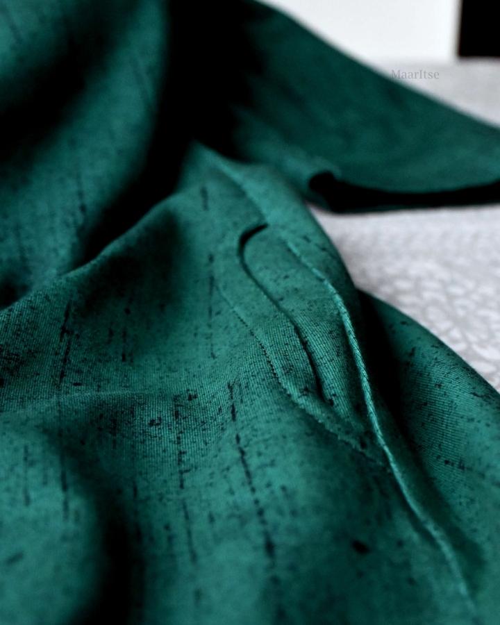 Ompelin mekon Hellinin Blizzard luomupuuvillatrikoosta. Väri on Deep Emerald/True Winter.