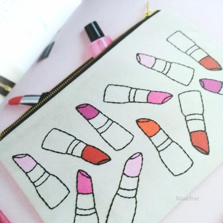 Inspiraatiota kirjailtuun meikkipussiin.